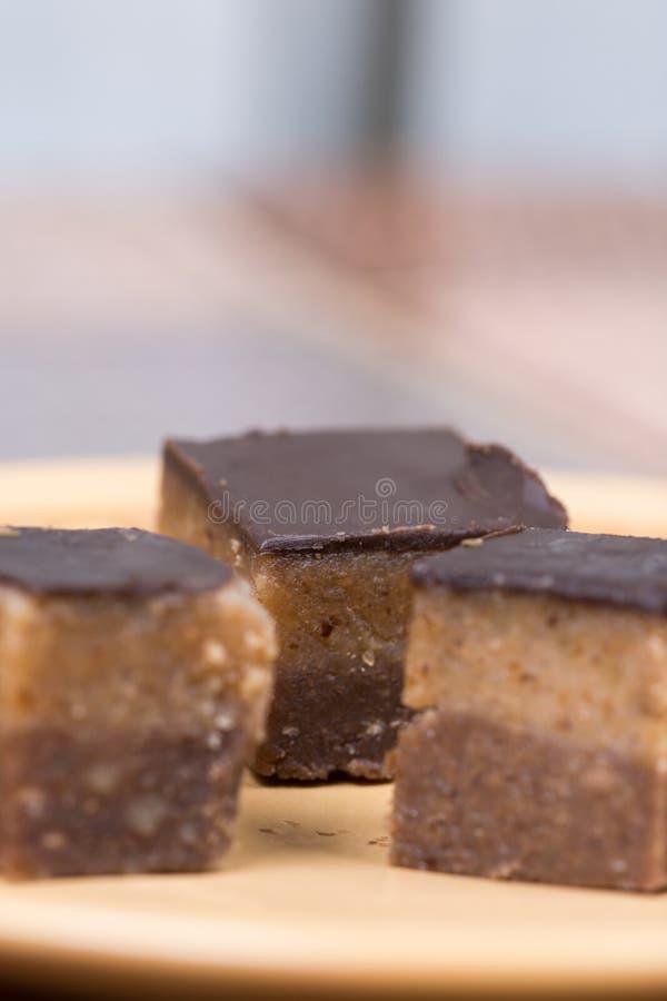 Домодельные печенья bajadera шоколада на плите стоковое изображение