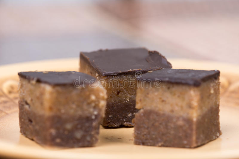 Домодельные печенья bajadera шоколада на плите стоковые фотографии rf