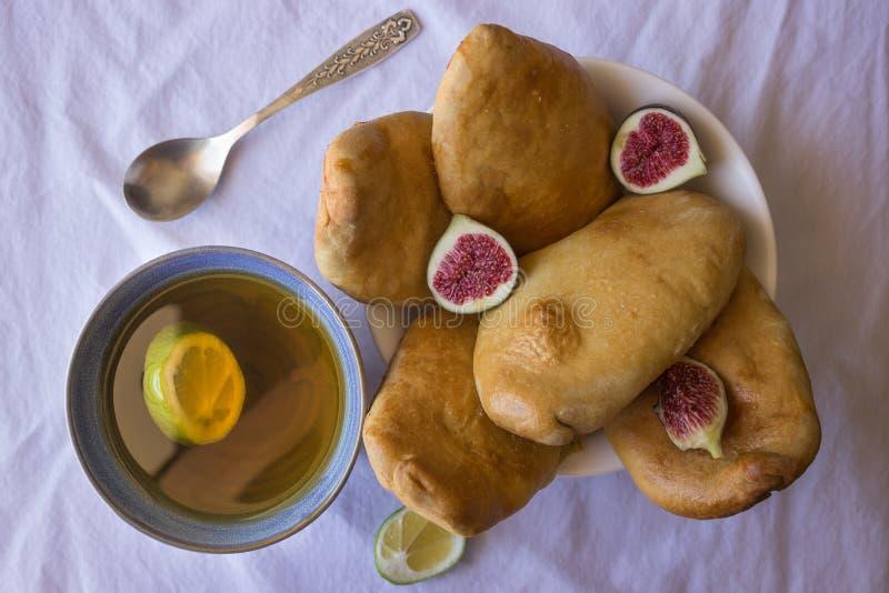 Домодельные пироги с свежими смоквами и чашка зеленого чая стоковые изображения rf
