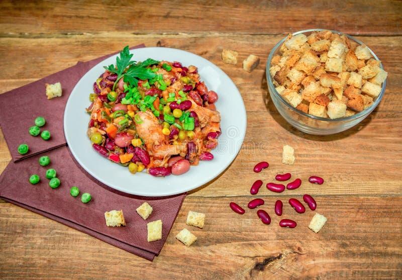 Домодельные потушенные фасоли с горохами и овощами мяса цыпленка зелеными стоковая фотография rf