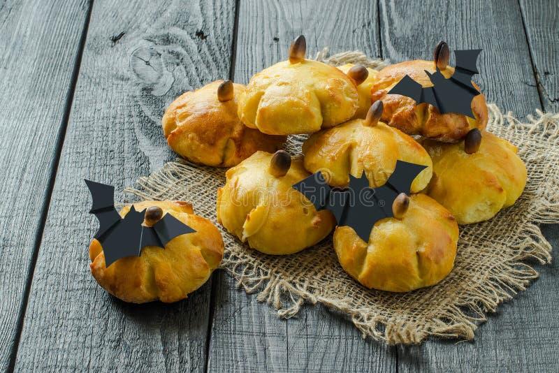 Домодельные сладостные плюшки тыквы на хеллоуин стоковое фото rf
