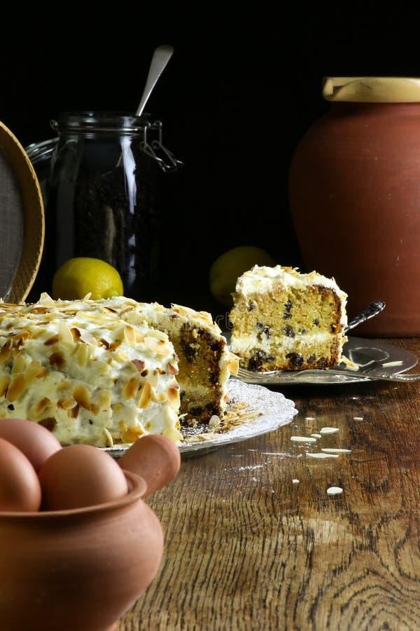 Домодельные торт и кусок моркови на яичках плиты стекла и олова свежих стоковая фотография rf