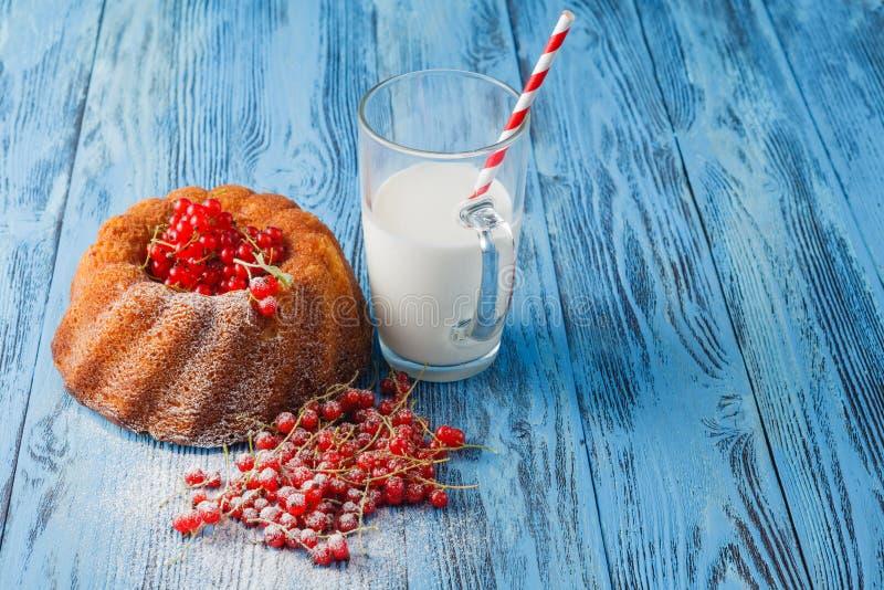 Домодельные торт, молоко и ягоды bundt стоковые изображения