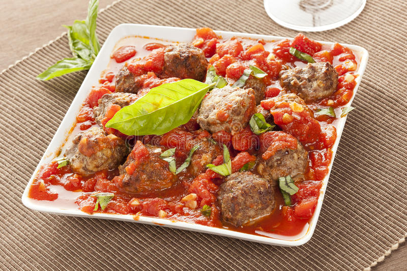 Домодельные фрикадельки в красном томатном соусе стоковое фото rf