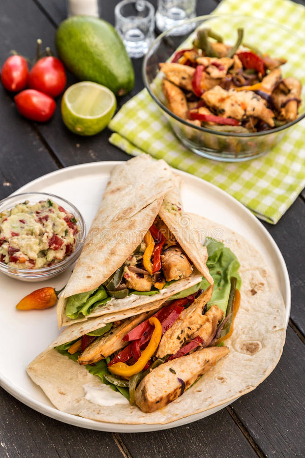Домодельные Fajitas цыпленка с овощами стоковая фотография rf