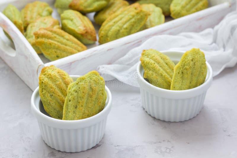 Домодельные madeleines зеленого чая matcha на таблице и в деревянном подносе стоковое изображение rf