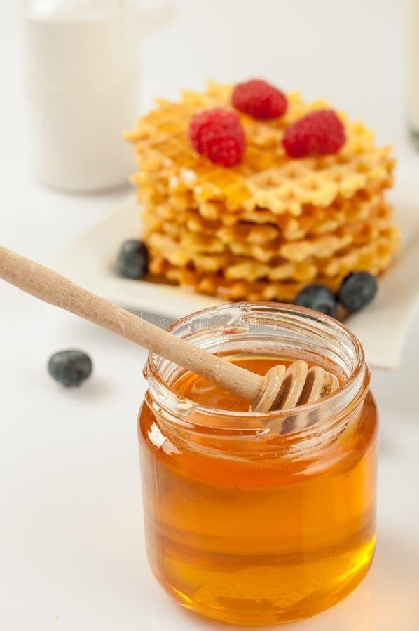 Домодельные waffles с ягодами в плите на серой таблице стоковое фото rf