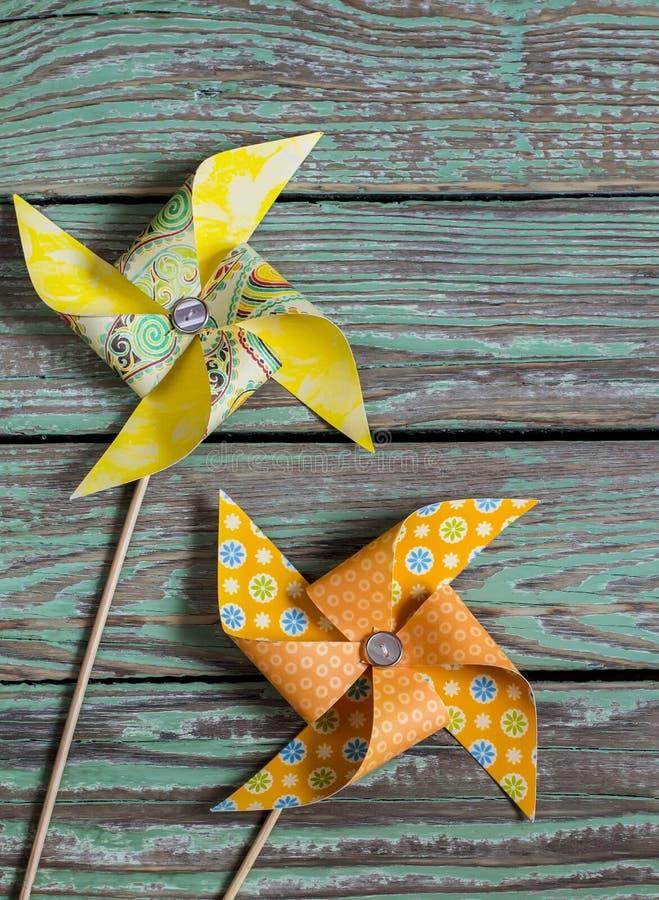 Домодельный бумажный pinwheel на деревянной деревенской предпосылке стоковые фото