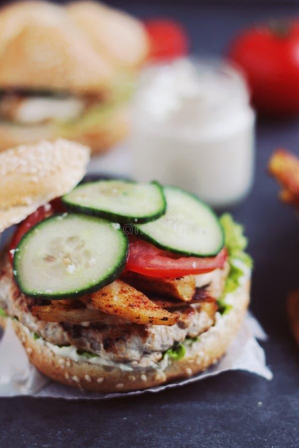 Домодельный бургер цыпленка стоковое фото