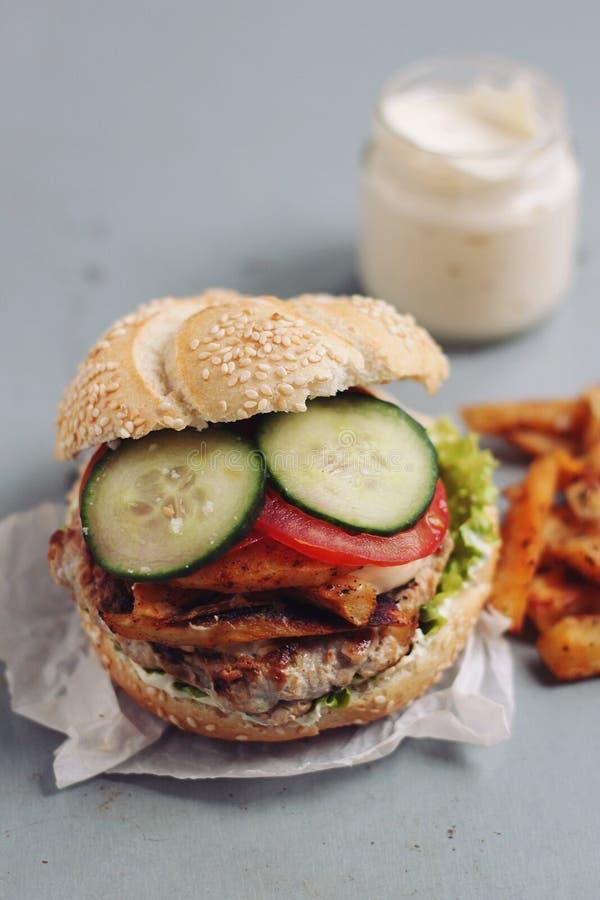 Домодельный бургер цыпленка стоковая фотография rf