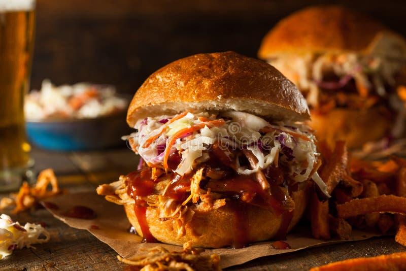 Домодельный вытягиванный сэндвич с курицей стоковые изображения rf