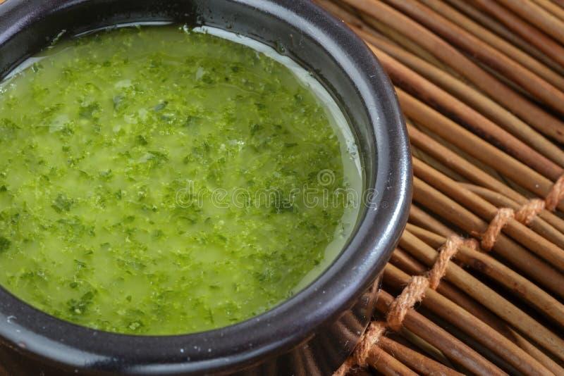 Домодельный зеленый соус в каменном шаре с петрушкой, чесноком, оливковым маслом и солью стоковые фотографии rf
