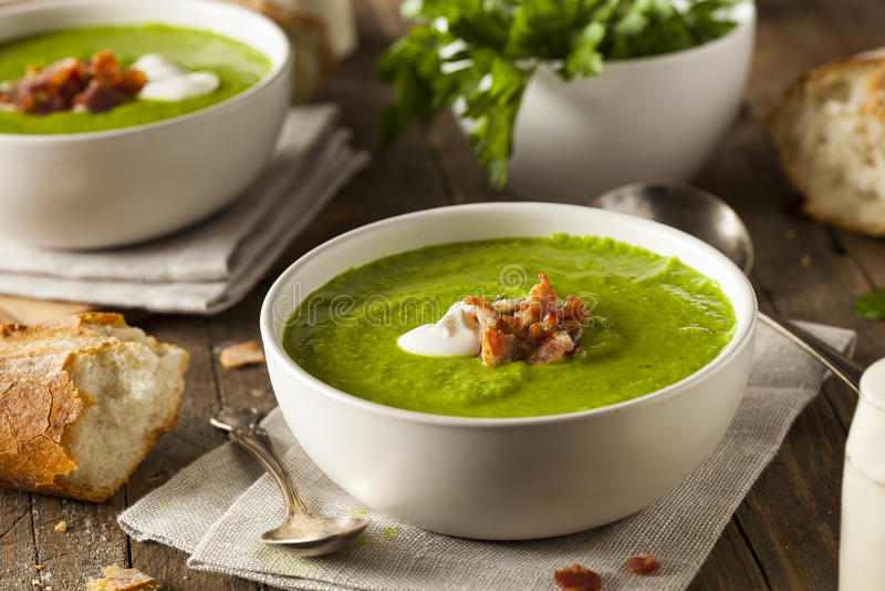 Домодельный зеленый суп гороха весны стоковая фотография rf
