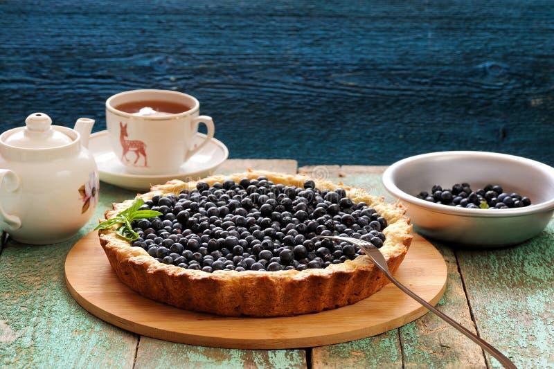 Домодельный открытый пирог голубики служил с черным чаем стоковая фотография