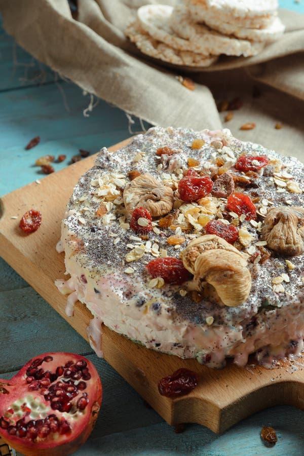 Домодельный пирог с высушенными плодоовощами на голубой предпосылке стоковая фотография rf