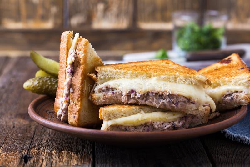 Домодельный сандвич melt тунца стоковые изображения