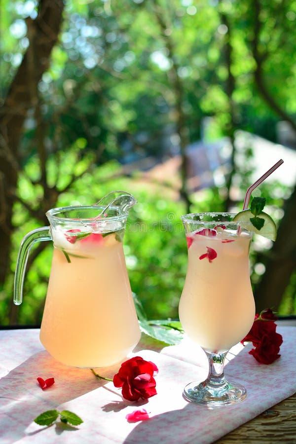 Домодельный сок лепестков розы стоковое фото rf