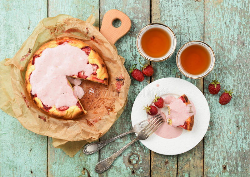 Домодельный торт клубники с cream поливой служил с свежим berr стоковые изображения rf