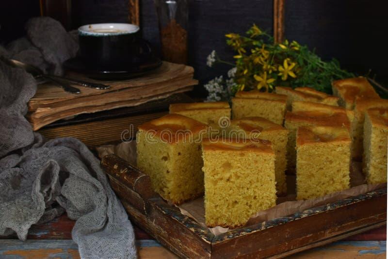 Домодельный торт мозоли с tangerines на темной предпосылке Традиционный бразильский сладостный пирог cornbread Унылое стиля темно стоковая фотография rf