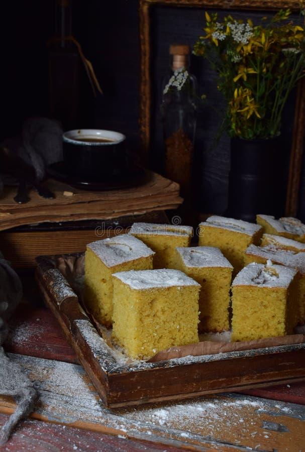 Домодельный торт мозоли с tangerines на темной предпосылке Традиционный бразильский сладостный пирог cornbread Унылое стиля темно стоковое изображение