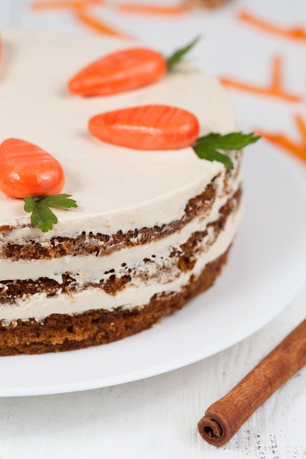 Домодельный торт моркови pasrty с замороженностью на белизне стоковое фото rf