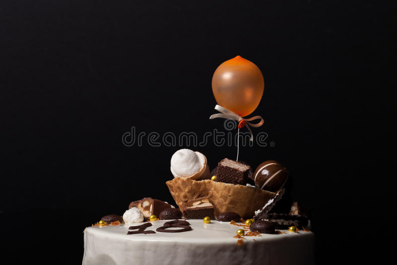 Домодельный торт мусса с оформлением шоколада и waffle тонизировано стоковое фото rf