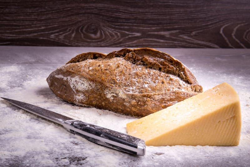 Домодельный хлеб на деревянной предпосылке стоковое изображение