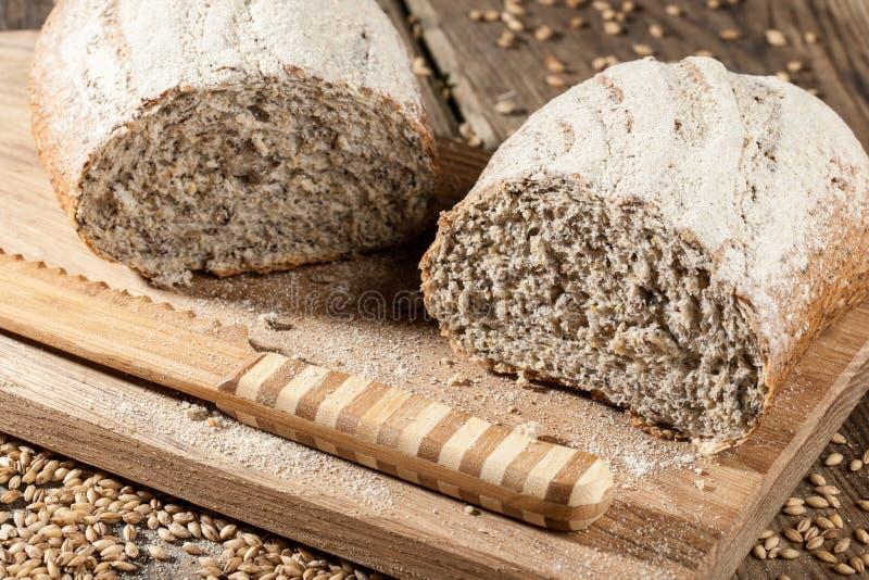 Домодельный хлеб с семенами на разделочной доске стоковые изображения rf