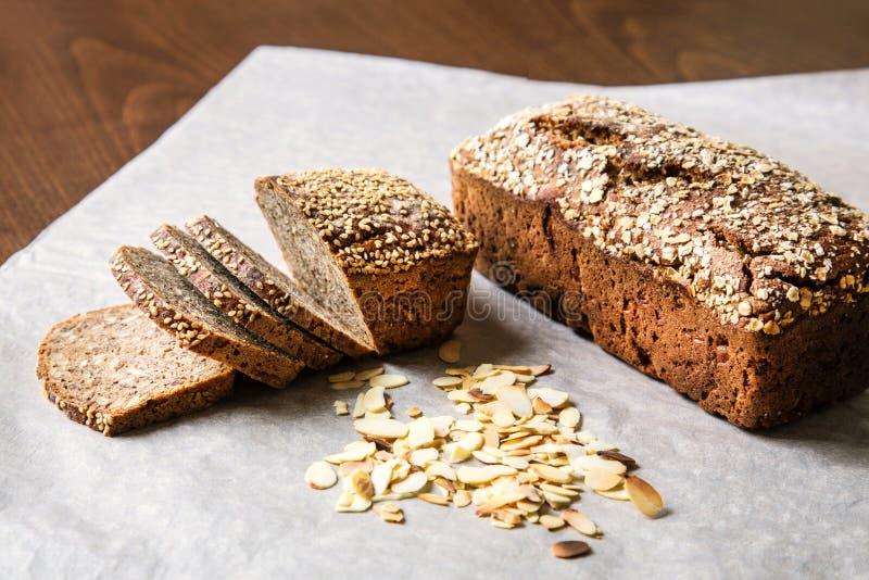 Домодельный хлеб с семенами стоковая фотография
