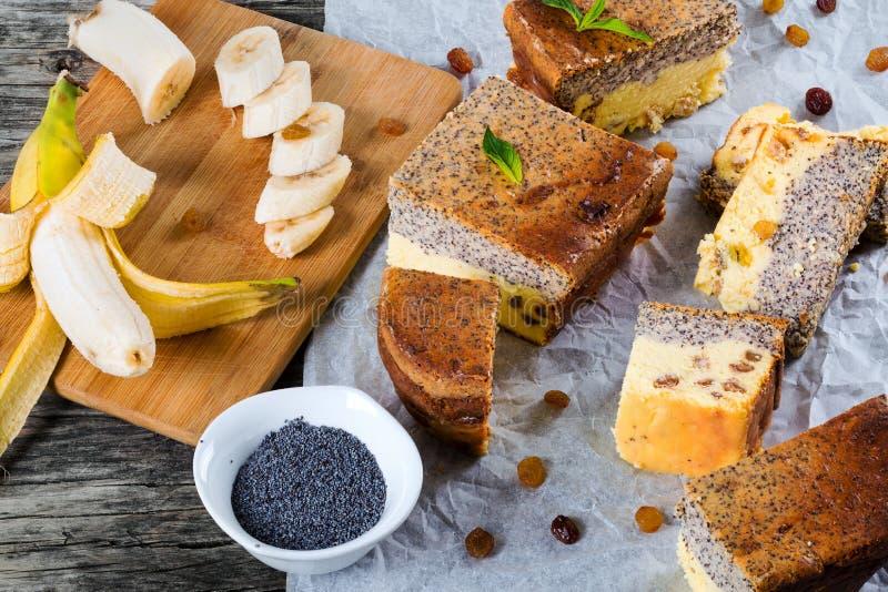 Домодельный чизкейк банана с маковыми семененами и изюминками, концом стоковые фото