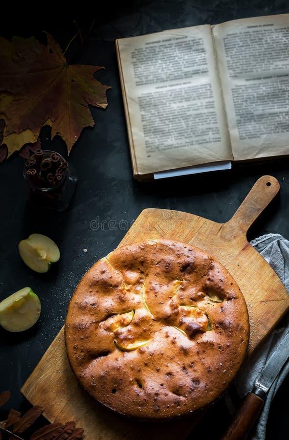 Домодельный яблочный пирог в лотке утюга года сбора винограда на темной предпосылке стоковая фотография