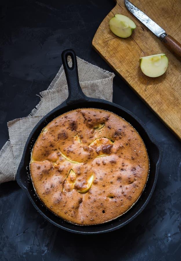 Домодельный яблочный пирог в лотке утюга года сбора винограда на темной предпосылке стоковая фотография rf