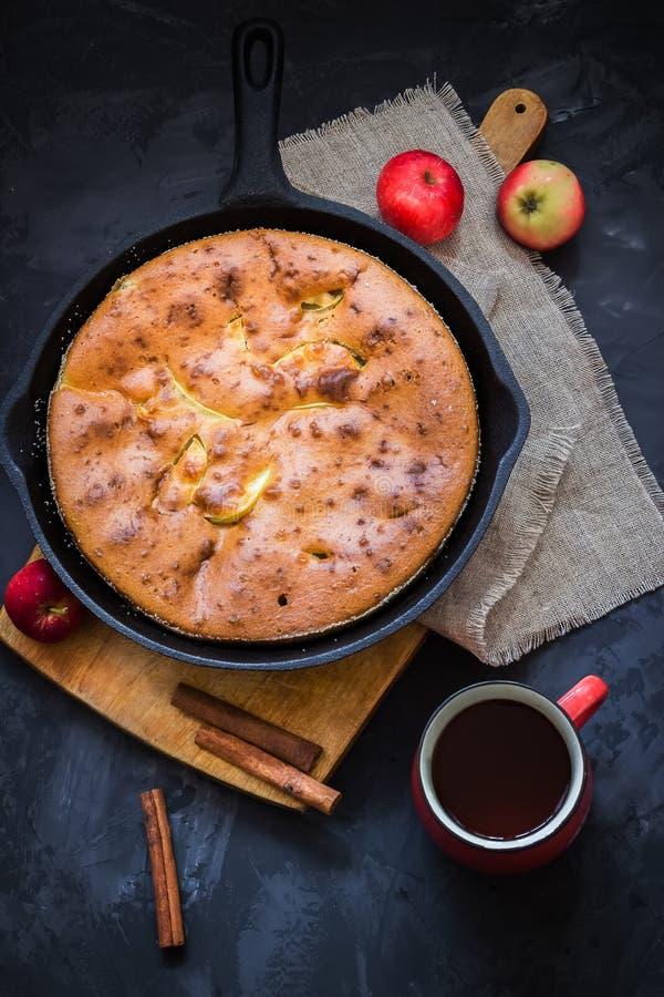 Домодельный яблочный пирог в чае и яблоках лотка утюга года сбора винограда на темной предпосылке стоковое фото rf