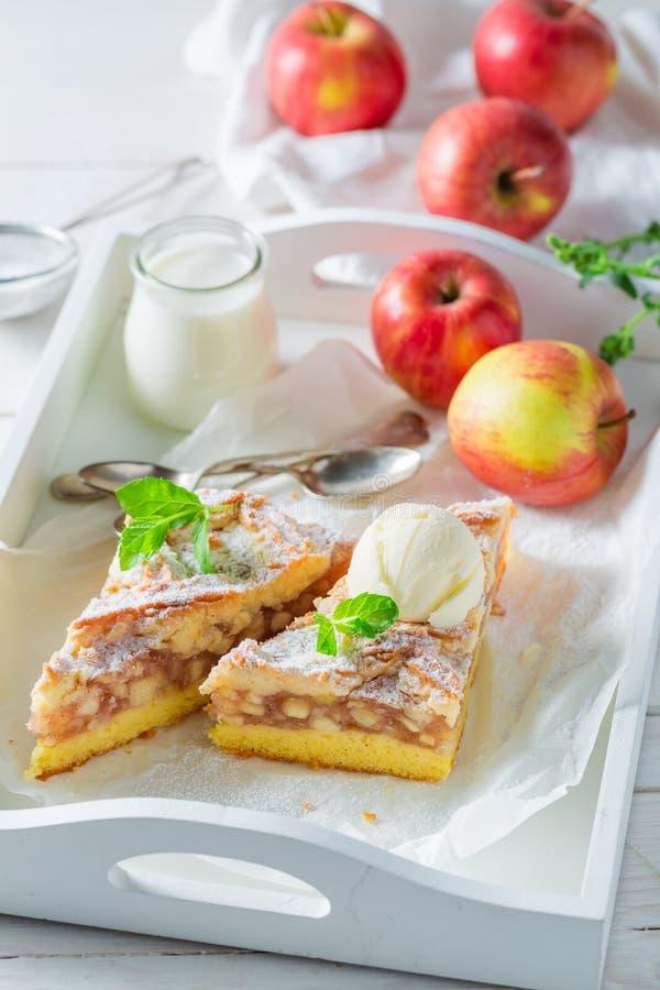 Домодельный яблочный пирог с ванильным мороженым на белой таблице стоковое изображение