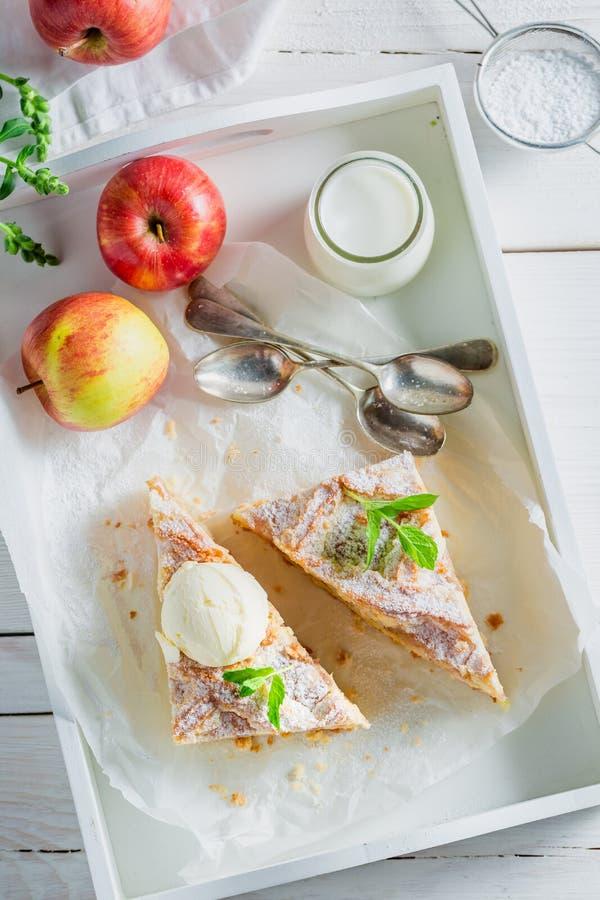 Домодельный яблочный пирог с ванильным мороженым стоковое изображение rf