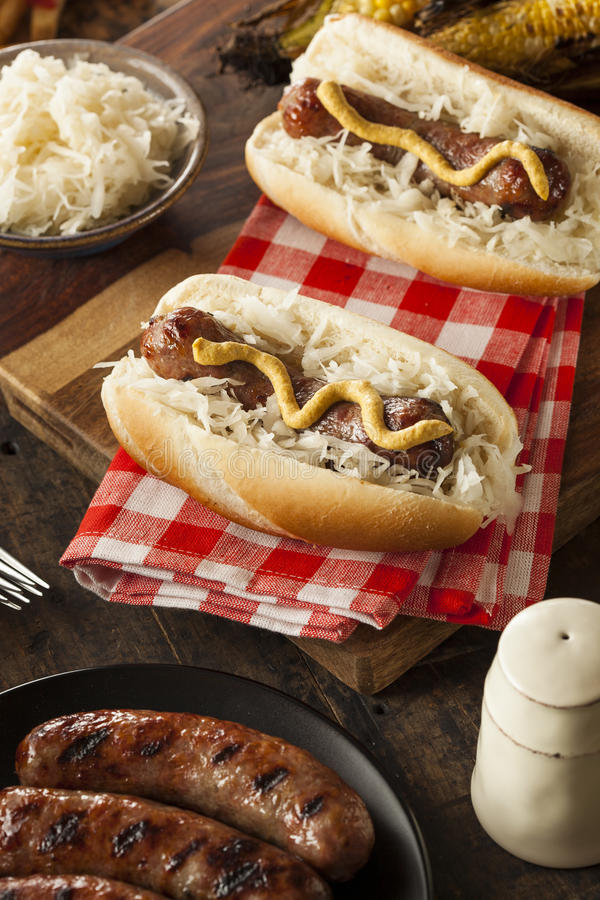 Download Домодельный Bratwurst с Sauerkraut Стоковое Изображение - изображение насчитывающей зажарено, вкусно: 41657809