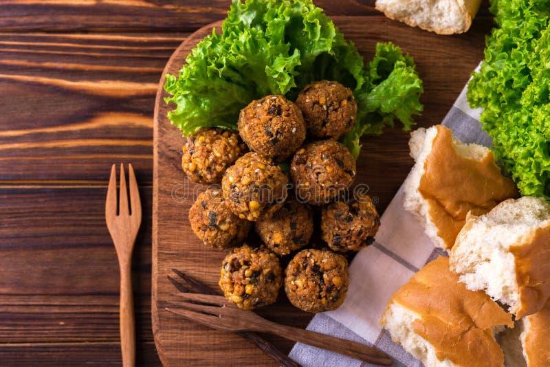 Домодельный falafel с салатом Еврейская кухня Взгляд сверху стоковое фото
