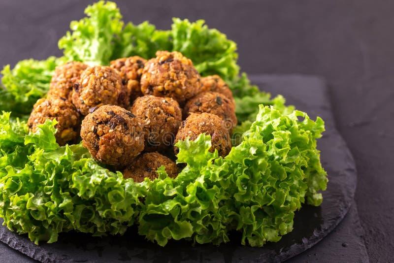 Домодельный falafel с салатом Еврейская кухня художническая детальная рамка Франция горизонтальный металлический paris eiffel дел стоковые изображения