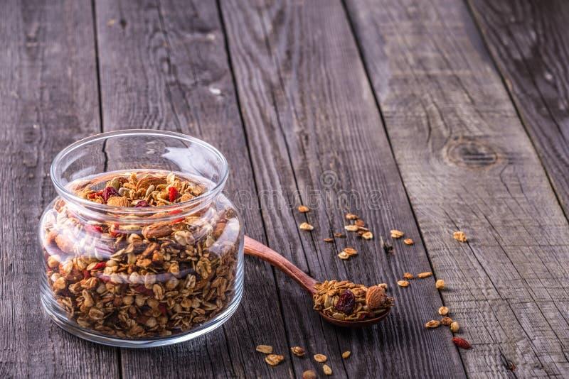 Домодельный granola в стеклянном опарнике стоковое фото