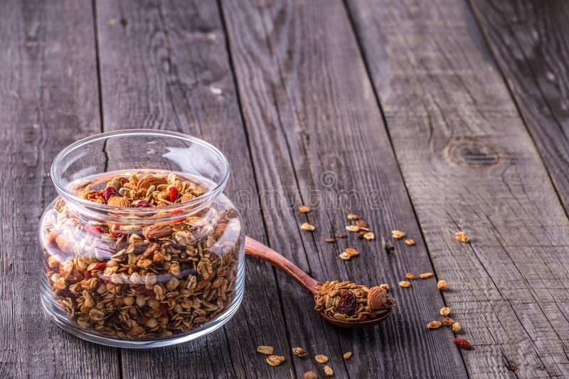 Домодельный granola в стеклянном опарнике стоковое фото rf