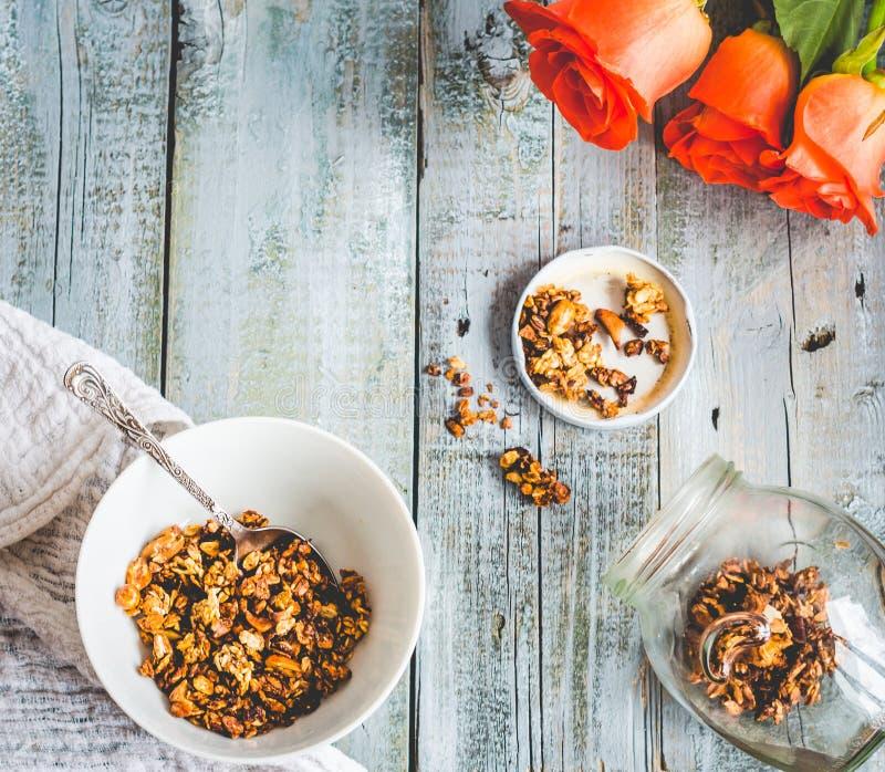 Домодельный granola с гайками и сухофруктом, медом, цветками, текстом стоковое изображение rf