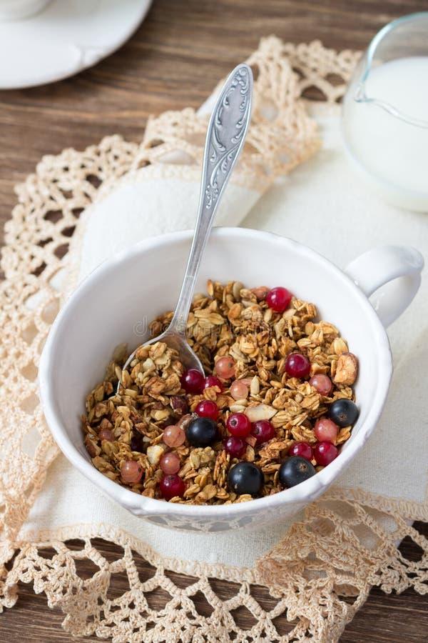 Домодельный granola с гайками, семенами, медом и свежими ягодами стоковое изображение