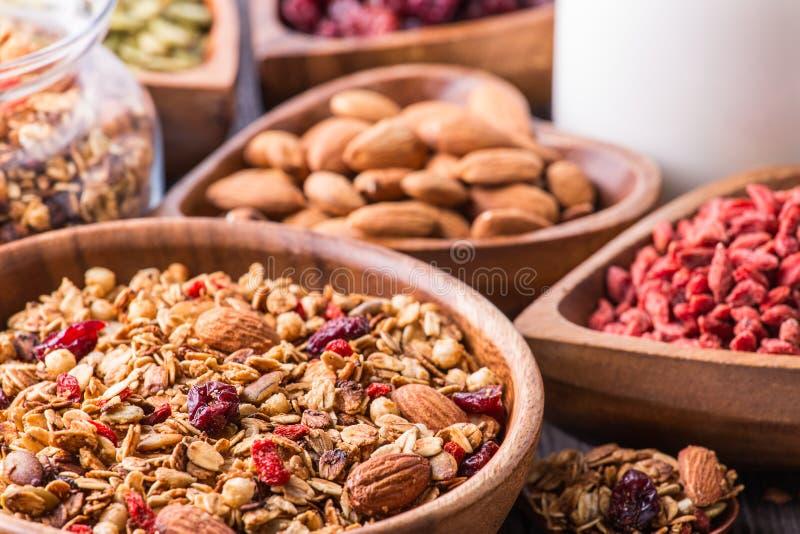 Домодельный granola с молоком, ягодами, семенами и гайками стоковые фото
