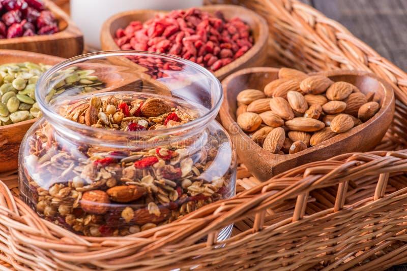Домодельный granola с молоком, ягодами, семенами и гайками стоковая фотография