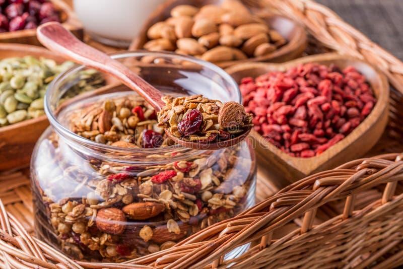 Домодельный granola с молоком, ягодами, семенами и гайками стоковое изображение