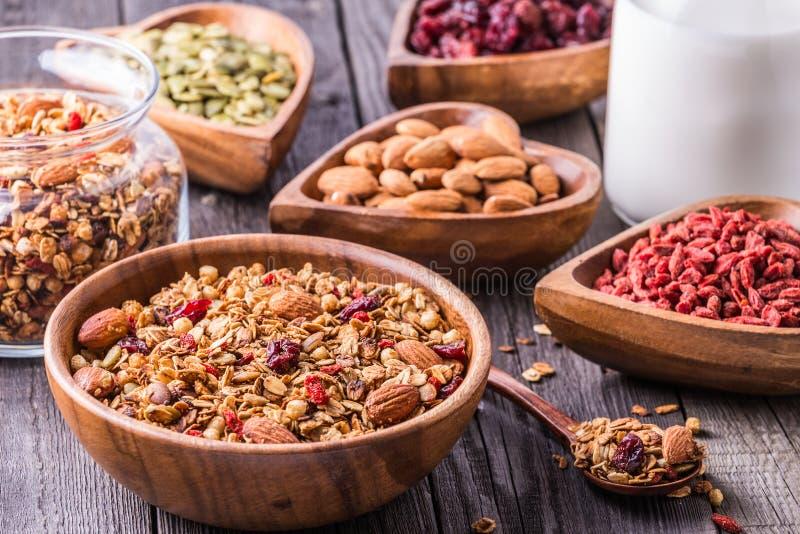 Домодельный granola с молоком, ягодами, семенами и гайками стоковые изображения rf