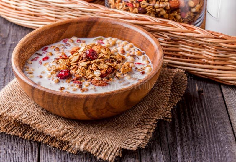 Домодельный granola с молоком, ягодами, семенами и гайками стоковые фотографии rf