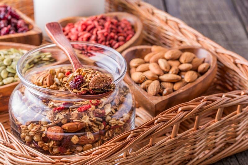 Домодельный granola с молоком, ягодами, семенами и гайками стоковое изображение rf