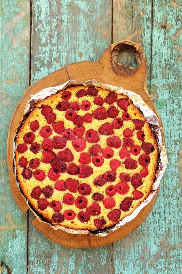 Домодельный yummy торт с полениками испек в фольге на деревянной горжетке стоковые фотографии rf