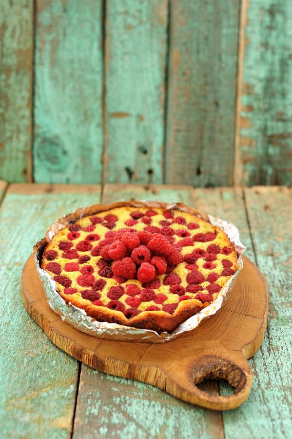 Домодельный yummy торт с свежими полениками на деревянной доске стоковое фото rf